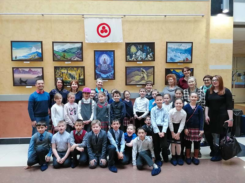 Учащиеся 3-го класса школы № 17 г. Иркутска, со своим педагогом К. П. Гузовской